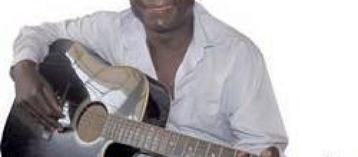 Calou-se a voz rouca e grossa do músico Xadreque Mucavele (1955-2015)