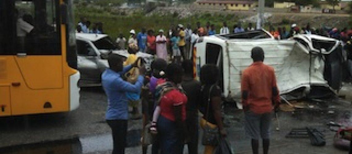 Acidente de viação mata duas pessoas e fere 18 em Maputo