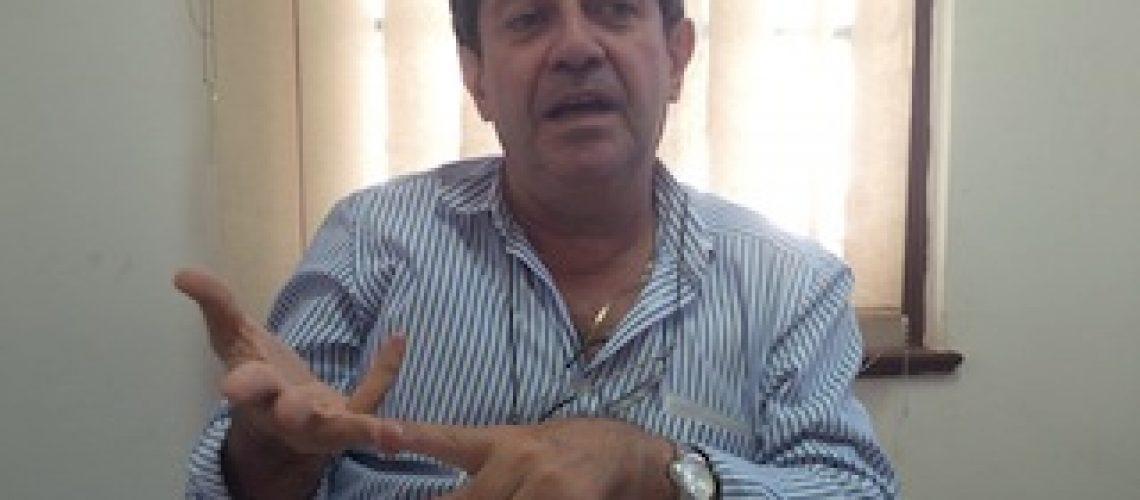 Uma das coisas que mais prejudica Moçambique é ter mantido o ministro Adriano Maleiane