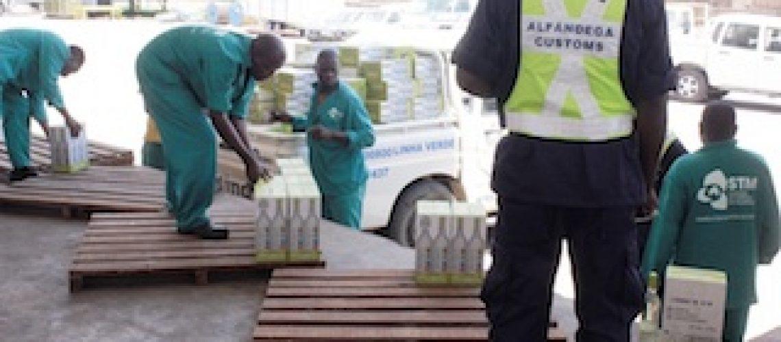 Alfândegas de Moçambique frustram descaminho de capulanas e vinho