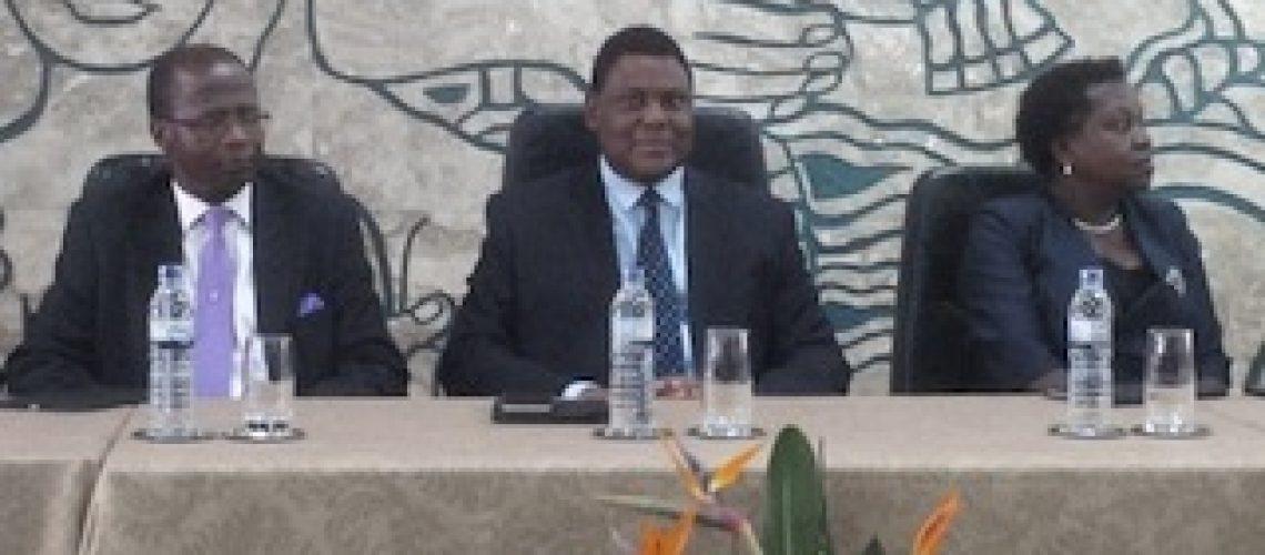 Governador do Banco de Moçambique apresenta balanço satisfatório e faz perspectivas vagas para 2016