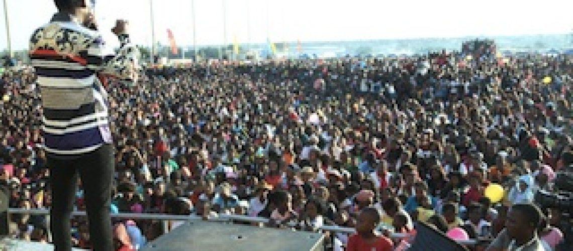 """Milhares de fãs e seguidores de Mr. Bow lotam festival """"Bawito e a Pequenada"""""""