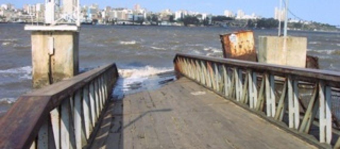 Mais uma vez aconteceu o que já se esperava afundou o batelão da ponte cais na Catembe