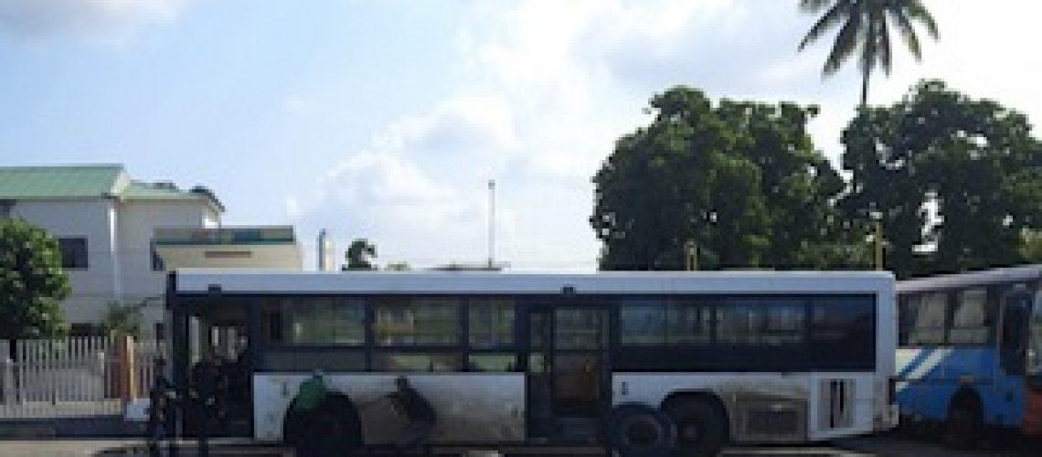 """Nem com pneus e baterias novas autocarros saem do """"cemitério"""" da EMTPM; Governo e chapeiros já acordaram nova tarifa para Maputo"""
