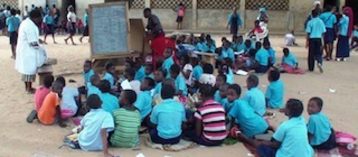Ano lectivo abriu em Moçambique mas muitas meninas e meninos não conseguirão ir à escola por serem pobres