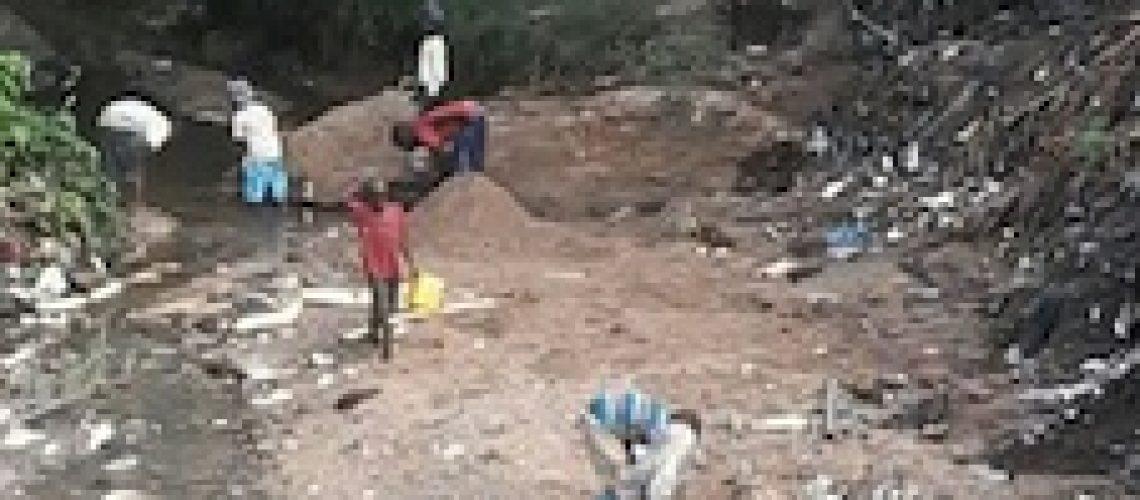 Cidadãos ganham a vida extraindo areia em Nampula