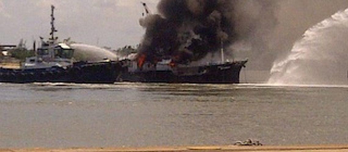 Embarcação arde próximo ao porto de Maputo