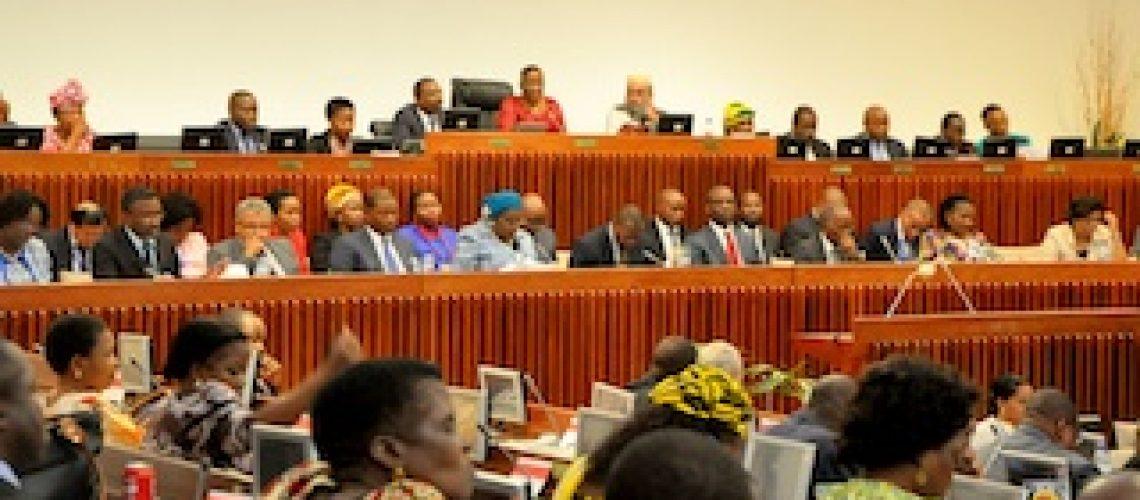 Compadrio entre Frelimo e Governo e oposição fraca empobrecem Parlamento