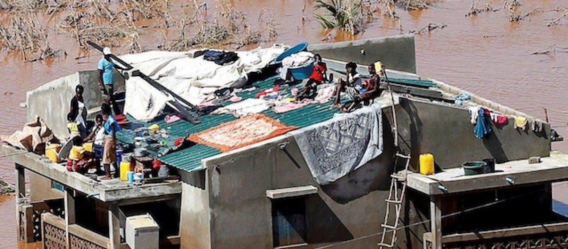 """Uma semana depois do IDAI """"massacrar"""" o Centro de Moçambique ainda há pessoas sitiadas; óbitos sobem para 294"""