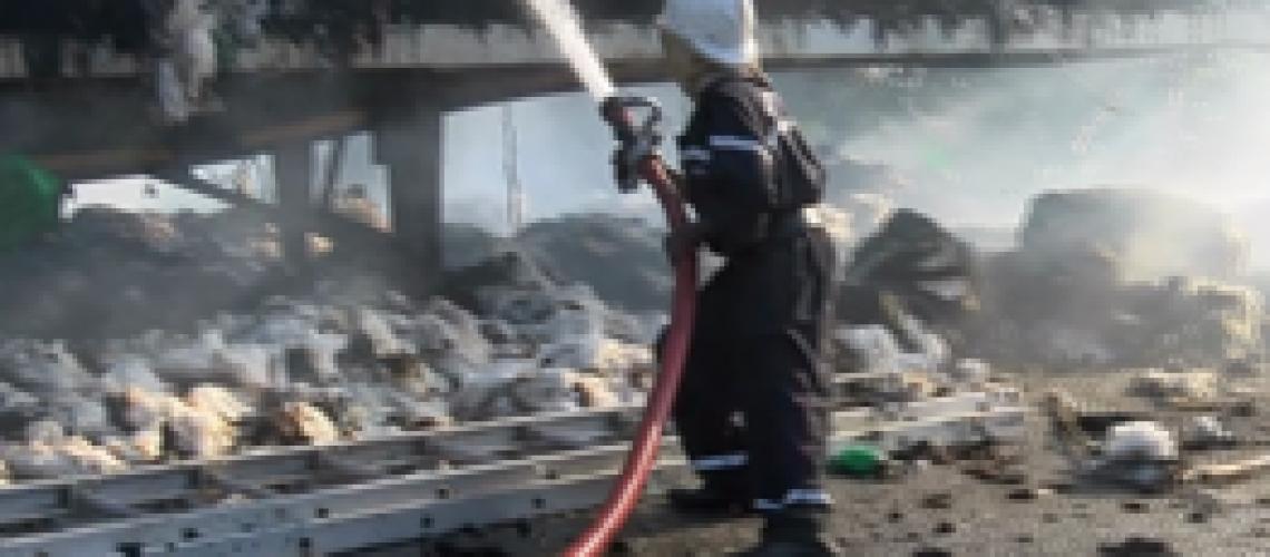 Camião arde em marcha com 100 fardos de algodão em Meconta
