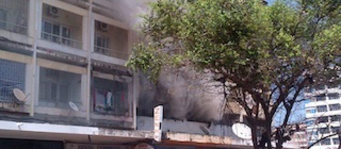Fogo consome loja e armazém no bairro do Alto Maé em Maputo