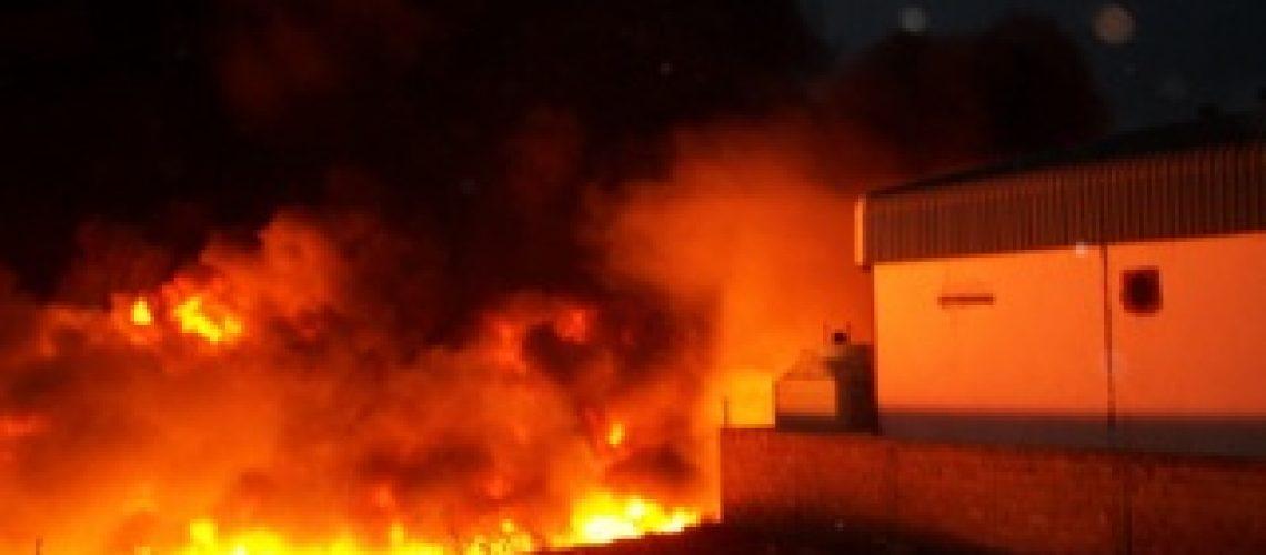 Fortes chamas nas imediações da fábrica de sabão