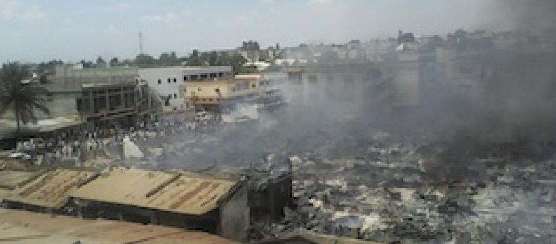 Incêndio reduz centenas de barracas a cinzas em Nampula