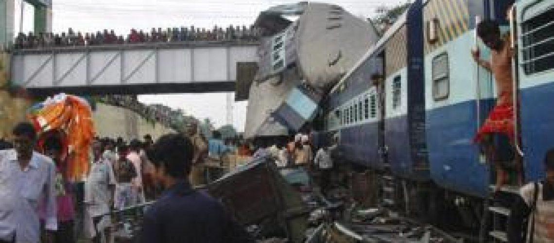 Choque entre comboios deixa dezenas de mortos na Índia
