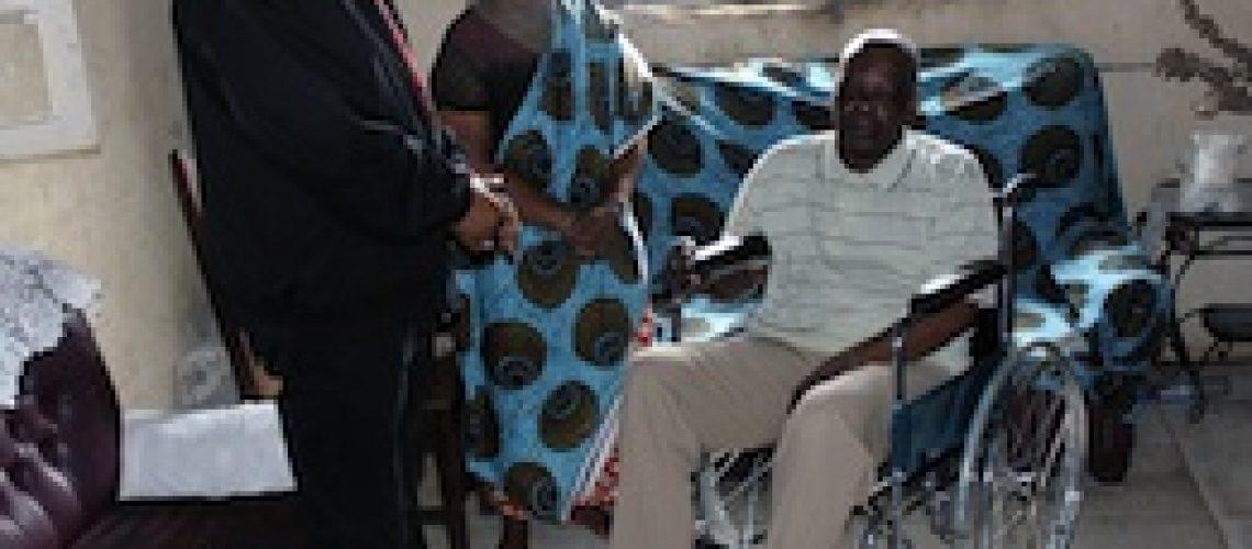 INSS entrega cadeiras de rodas a pensionistas em Nampula