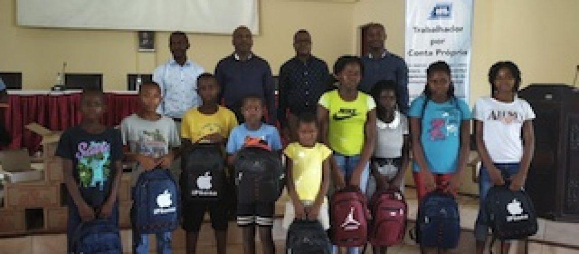 Filhos de pensionistas recebem material escolar em Sofala