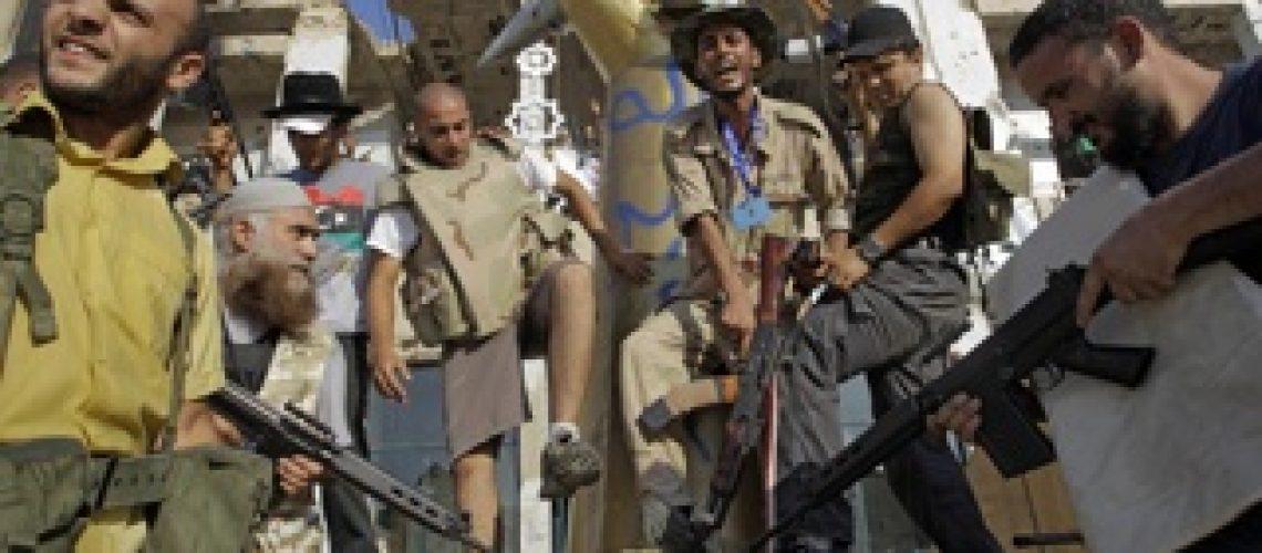 Rebeldes líbios oferecem amnistia a quem capturar Khadafi
