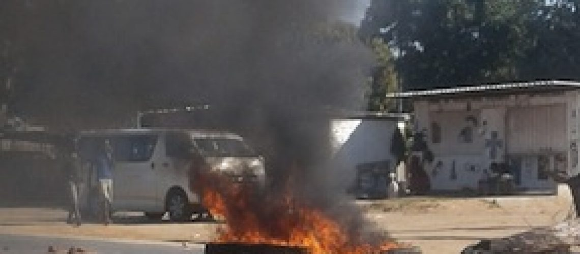 Vendedores revoltam-se e param trânsito na EN1 em Gaza