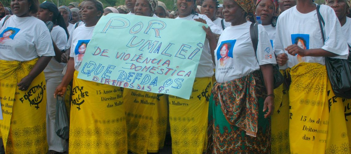 Mulheres marcham contra a violência