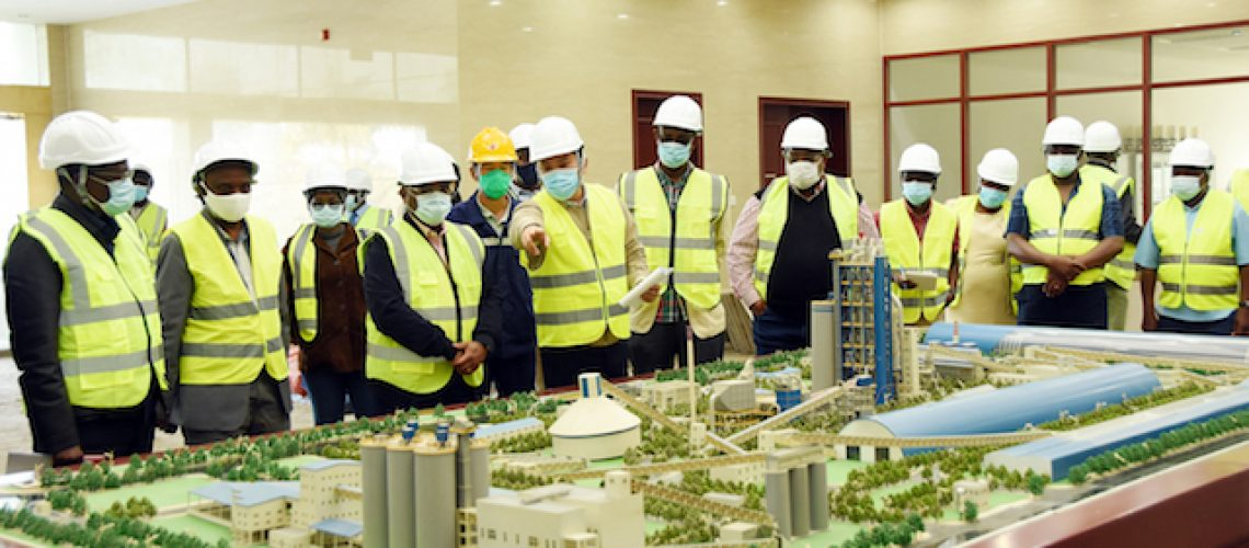 Ministro da Indústria e Comércio durante visita à Dugongo Mozambique Cement