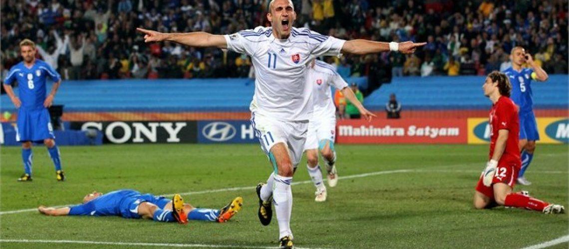 Itália 2 - Eslováquia 3: campeões do Mundo eliminados
