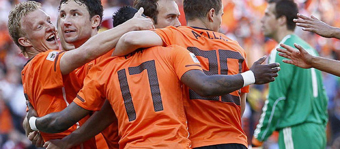 Laranja confirma favoritismo e derrota Dinamarca 2-0