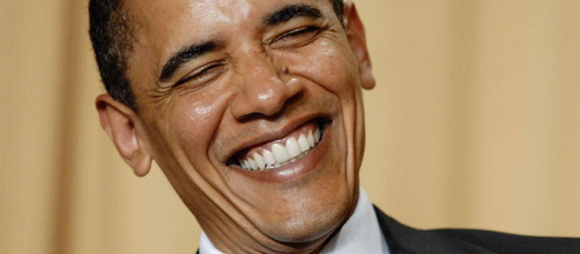 Obama faz piadas sobre tudo e todos durante jantar mundano em Washington