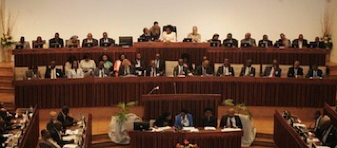 Frelimo e oposição encerram actividades do Parlamento com discursos moderados