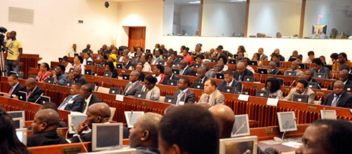 Voltou a imperar a ditadura de voto para aprovar actividades e orçamento do Parlamento para 2016 contra vontade da oposição