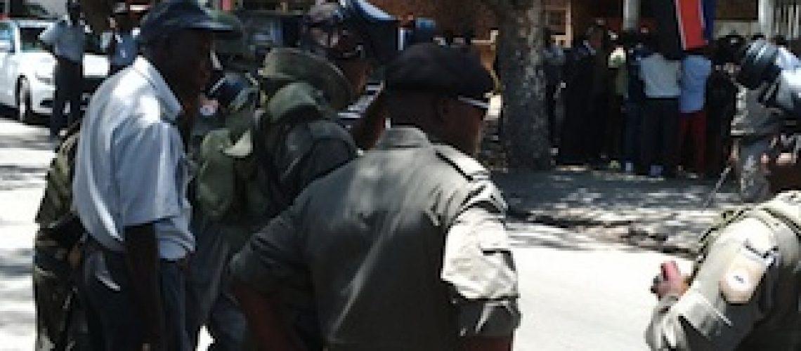 Polícia manda passear a Constituição e impede manifestação da Renamo em Maputo