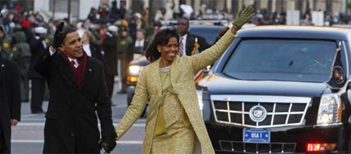 Obama sai do carro e caminha em direção à Casa Branca