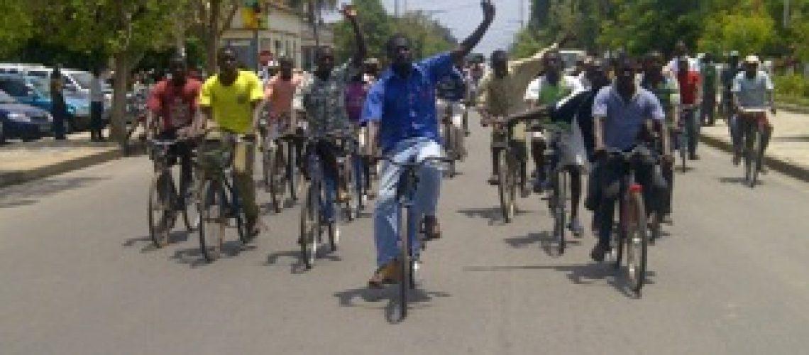 Diário da campanha eleitoral: no 10º dia Bico foi ao mercado e Araújo pediu votos de bicicleta