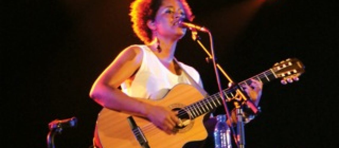 Estereótipos da World Music incomodam Sara Tavares!