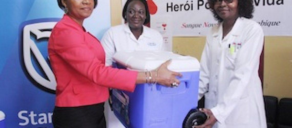 Doação de caixas térmicas: Standard Bank minimiza carências do Banco de Sangue do HCM
