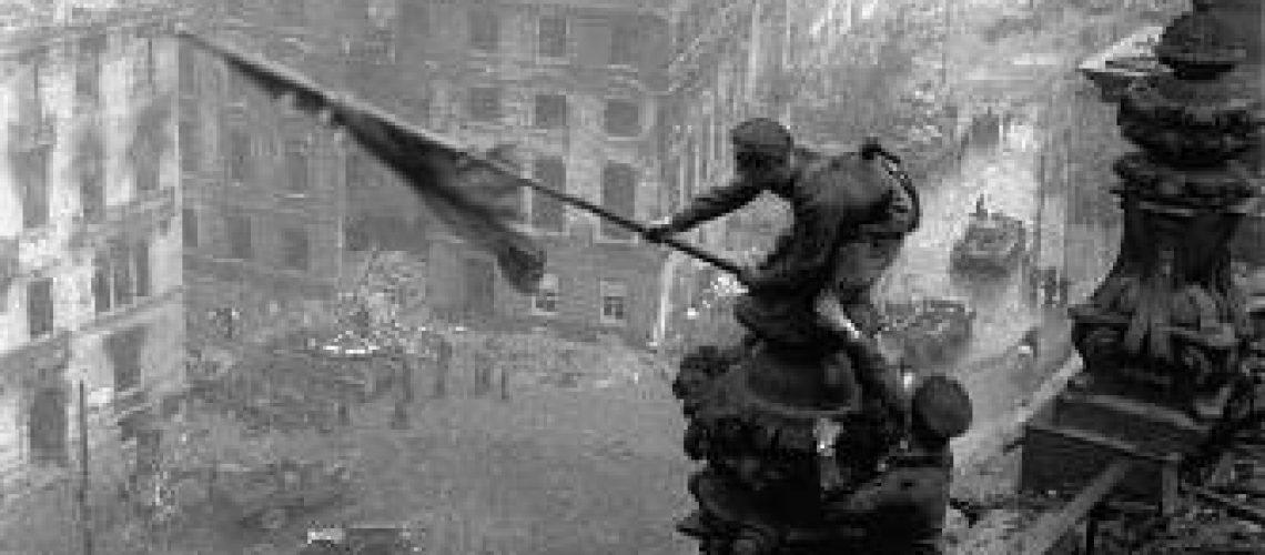 Morre soldado imortalizado em foto com bandeira soviética sobre o Reichstag