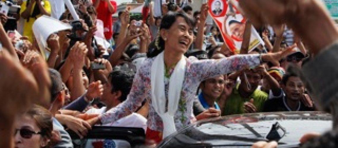 Aung San Suu Kyi deixa Mianmar pela primeira vez em 24 anos