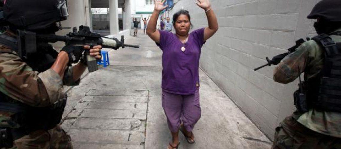 Bangcoc em chamas apesar da rendição dos líderes dos 'camisas vermelhas'